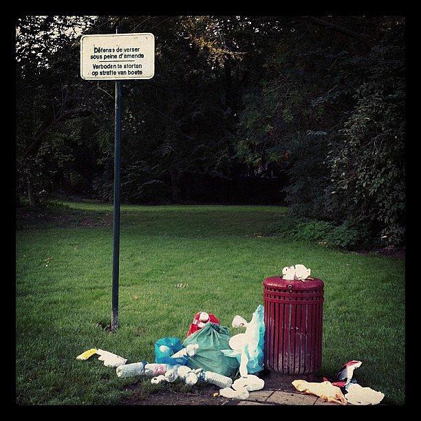 Bruxelles, au pied d'une poubelle ... Interdit de jeter des immondices ...